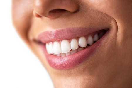 krupni-plan-savršeno-bijelog-i-ravnog-osmijeha