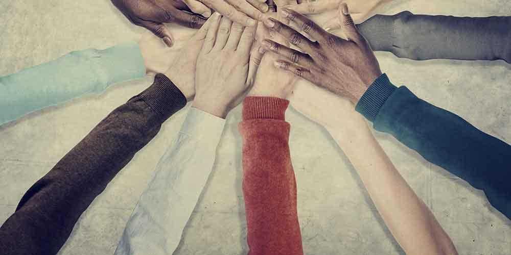spojene-ruke-razlicitih-ljudi-koje-simboliziraju-toleranciju-i-jednakost